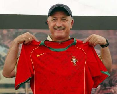 图文:淘汰赛英格兰对葡萄牙 斯科拉里展示球衣