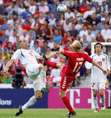 图文:欧锦赛捷克0-0丹麦 波尔森与科勒对脚