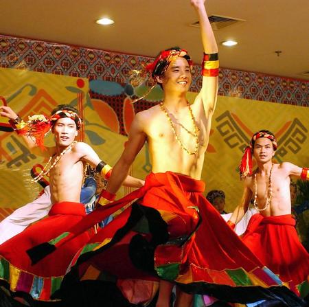 图文:广西少数民族歌手班的学员在表演歌舞