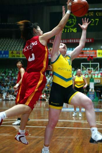女篮邀请赛中国胜澳大利亚 宋晓云抢篮板