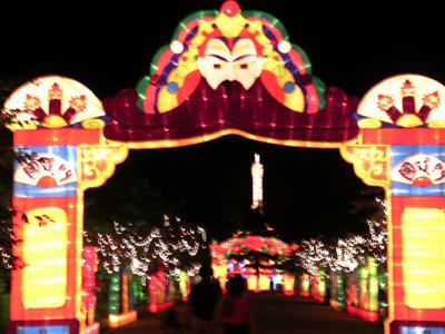 灯组以中山公园的樱花路,银杏路,桃柳路形成环线相接.