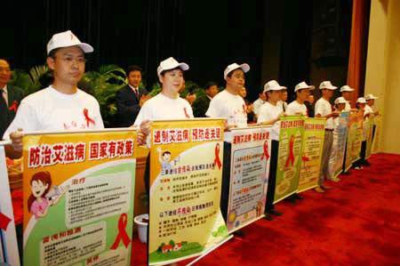 图片 全国青年志愿者上台接受宣传海报