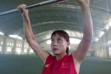 中国女足上海备战奥运 王丽萍在力量训练