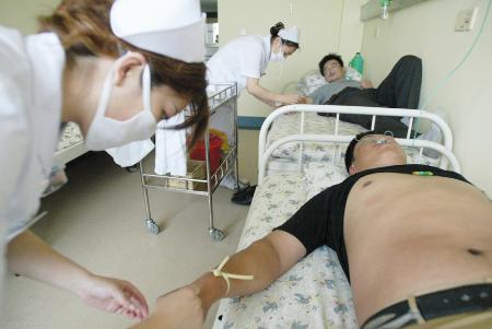 被诊断为海蜇皮炎,20余名被蜇患者身体各个部位皮肤不同程度地出现