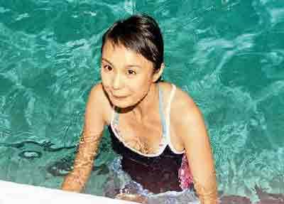 泳装美女入水比赛不顾仪态