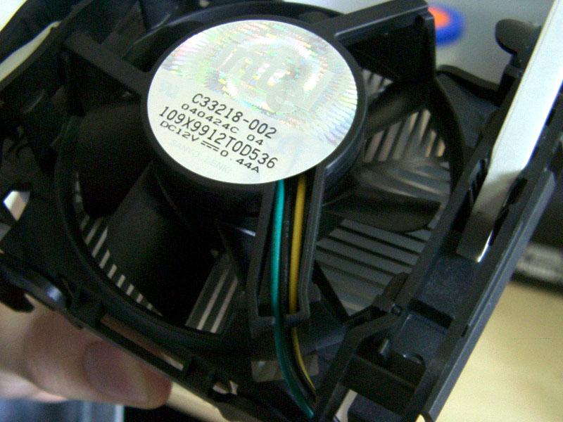 第2页:主流CPU散热器的七大选购要素 在购买散热器的时候,大多数人总会先被散热器那唬人的外表给迷惑住。但要知道的是,散热器的好坏有时候也应了那句老话,就是包子有肉不在摺上。散热好坏,还是需要看某些细节上的表现的。  散热片形状  韭字形,据说是5元钱的便宜货   首先散热片所加工成的形状就关系到散热效果的优劣。普通的散热片是压铸成的,常见的形状只是多了几个页片的韭字形,这种散热片的散热效果是最为普通的。较高档的散热片则使用铝模经过车床车削而成的,车削后的形状呈多个柱状突起,这种散热片常用在高