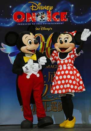 米奇( 左二)与米妮(左三)与工作人员一同揭开迪士尼100周年奇幻冰上