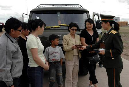 过内蒙古阿日哈沙特边防检查站入境(7月9日拍摄). 2004年,内蒙