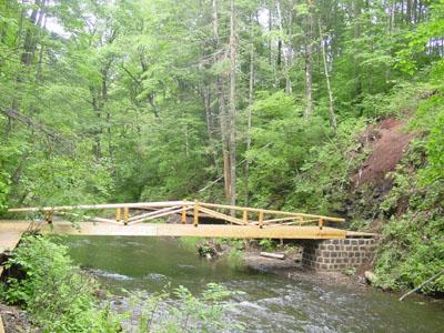 图文:形态各异的林中小木桥
