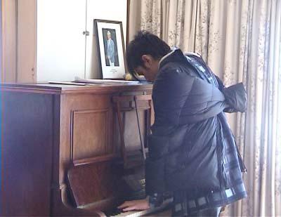 杰伦餐馆技痒 反穿上衣即兴弹奏钢琴