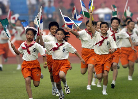 图文:亚洲杯开幕式在北京举行 少先队员奔跑图片