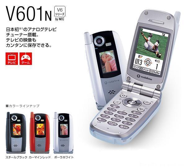 第1页:从手机工业设计看差距   日本的电信业发达是公认的,而日本电子厂商自然也不会放弃在这块利润巨大的领域。NEC、松下、索尼、夏普、日立、东芝、卡西欧、三洋这些我们耳熟能详的日本电子大厂,都有出品自己的手机,相互之间竞争十分激烈。   在这个小小的岛国上,移动通讯从PHS(就是我国刚刚开始流行的小灵通)系统到3G手机系统的CDMA 1x WIN,已经经历了多次革新。而手机产品更是以大约每三个月一批次的高速进行更新。   在日本发展的国际电信厂商沃达丰的产品展示   而我国的移动通讯事业,同样处在高速发