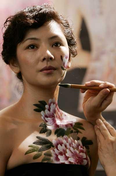 大沢佑香人体艺术_7月21日,在香港书展上,人体彩绘艺术家在现场展示彩绘艺术.