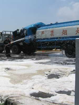 324国道两车相撞 8吨汽油泄漏险酿大祸高清图片