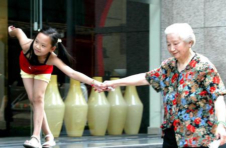 猛干性感老太太_图文:上海酷热风景线--老太太带外孙女去买菜