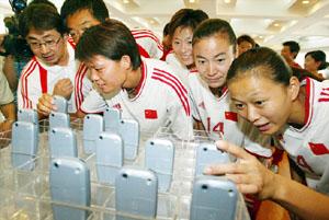 商家赠送女足手机
