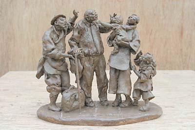 """昨日,记者在广钢金世纪雕塑车间看到,""""金山伯""""和""""三桁瓦""""的泥塑"""