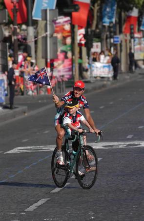 环法自行车赛落幕 车手向儿童挥旗致意
