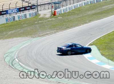 f1赛道上的精彩汽车活动--漂移表演(图)