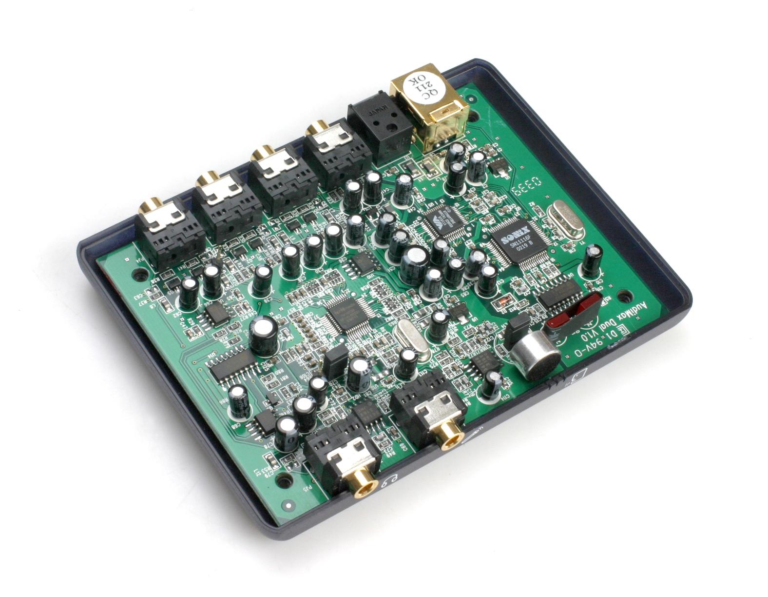 5.1外置声卡    AudiMax的整套产品包括AudiMax本体、USB连接线、一条方口光纤、驱动和若干质保以及说明书,产品并未附送方口转直插光纤头。目前AudiMax的定价为390,在同类型5.1外置声卡产品中占尽了价格优势。    AudiMax的外表是紫蓝色的粉彩调子,AudiMax的LOGO凹下去铸模而成,Mediatek字样是透明的,能透射PCB上红色LED的灯光。外型的设计极尽优雅。     机身的前方是耳机和话筒的前级输入,以及内置的麦克风收音头。在机身后侧则是提供一组两声道模拟输入、中