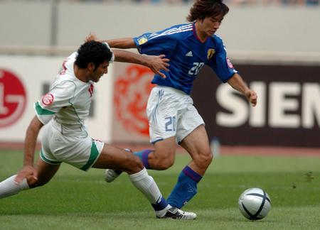 日本0 0伊朗 玉田圭司与伊朗队球员拼抢
