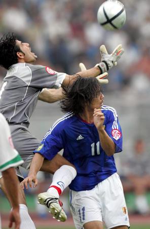 本新华社照片,重庆,2004年7月28日[亚洲杯](2)足球