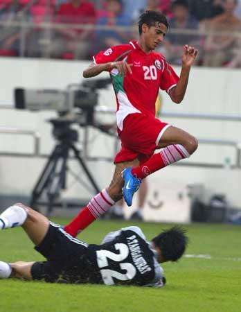 图文:阿曼2-0泰国出局 阿里避免冲撞守门员