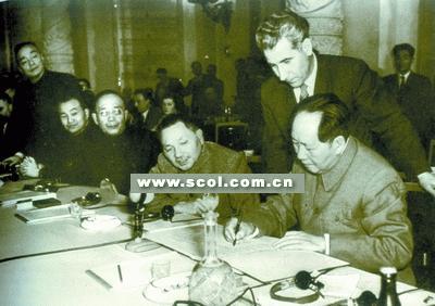 1957年11月16日,毛泽东代表中国共产党在《社会主义国家共产党和工人