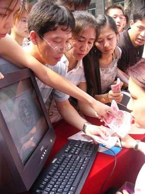组图:刘德华北京个唱开票 歌迷抢购现场混乱