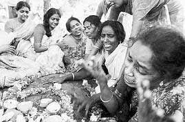 [双语新闻]-印度87个孩子大火中死亡