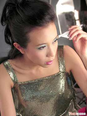 组图:莫文蔚拍彩妆广告 时尚银色显迷人魅力