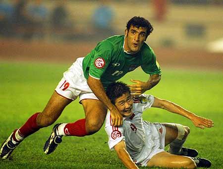 图文:点球4-3国足胜伊朗进决赛 海东被撞伤瞬间