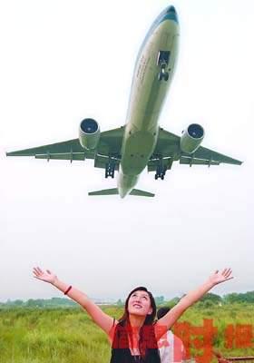 飞机降落新白云机场