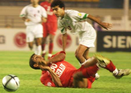 图文:伊朗两球胜巴林获第三 巴林球员勇猛铲断