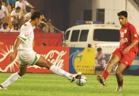 图文:伊朗两球胜巴林获第三 伊朗队员攻门瞬间