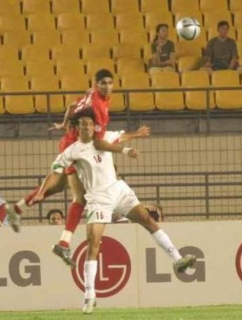 图文:伊朗两球胜巴林获第3 两队队员跳起争顶