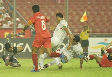 图文:伊朗两球胜巴林获第三 巴林门前一团混乱