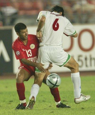 图文:伊朗两球胜巴林 巴林队员阴招阻止进攻