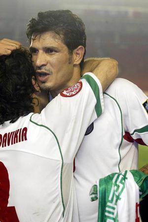 8月6日,伊朗队员阿里·代伊与队友拥抱庆祝胜利.当日,在北...