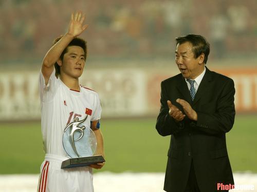 图文:中国无力改写历史 中国获得公平竞赛奖杯