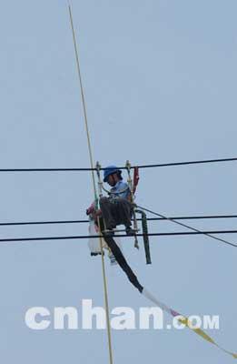 差点影响华中线路   武昌供电公司有关负责人说,这组高压输电线网