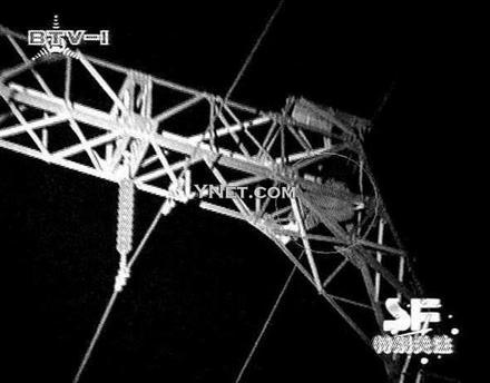 一男子爬到高压线铁架上高清图片