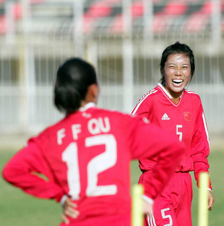 中国女足备战帕特雷 范运杰在训练中
