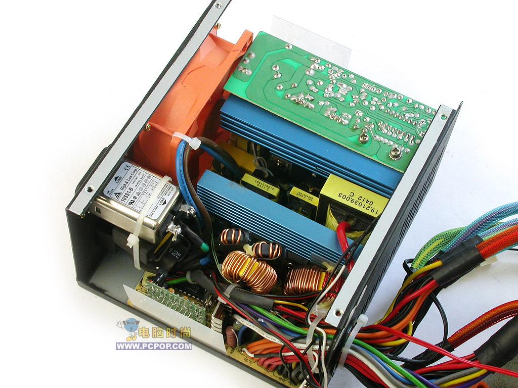 TT 绚丽蝴蝶 (550W) 绝对的极品 TT 绚丽蝴蝶(Silent Purepower 480W Butterfly)  此款电源实际上是TT Purepower系列电源中的一款 ,名叫Silent Purepower 480W Butterfly,名字是有些长,那么我们根据它的英文名字的意思就叫它绚丽蝴蝶吧。    这款电源采用黑色磨沙钢制外壳,金色护网,显得高贵典雅。在电源的侧面有一个X型铝板,去掉X型铝板是一个透明X型面板(除了透明当然还有别的用处),这一点显得有些别致。为了防止打到电源的