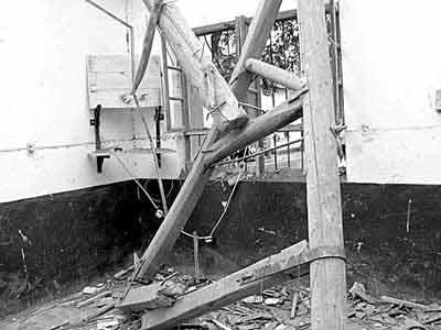 坍塌房屋的房梁坠下