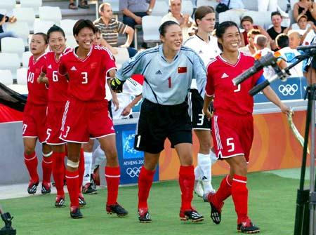 图文:中国女足首战碰德国 中国女足走向场地