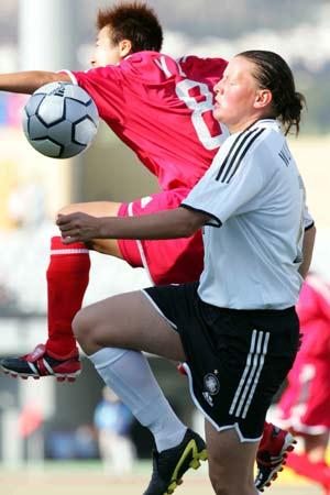 图文:中国女足0-8惨败德国 毕妍与对方争抢