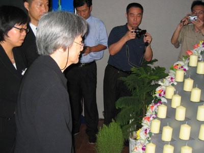 现场报道:董师母点燃第一支思念的蜡烛