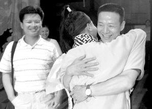 """""""越剧王子""""赵志刚(左一)、台湾演员吴兴国(右一)向李小锋表示"""