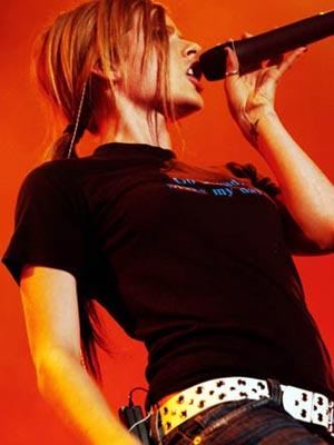 组图:加拿大摇滚小天后艾薇儿汉城激情演出